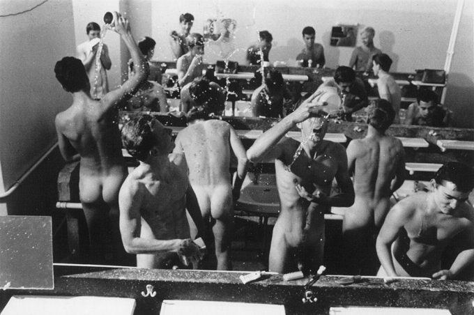 Will McBride, Jungs schmeissen Wasser beim Morgenwaschen